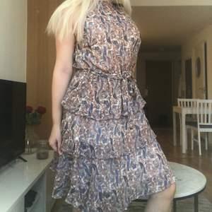 Helt ny klänning från Sheilay, står att det är storlek XL men skulle rekomendera denna till en som har L. Lappar är kvar på klänningen. Pris 60kr.