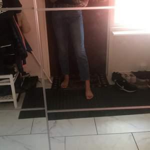 Ett par jättesköna min jeans från H&M i bra skick, jättebekväma 👌🏽säljer dessa eftersom att jag har väx ur de lite😊Frakteninhår i priset