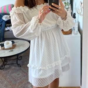 Jätte fin vit klänning som är perfect för sommaren eller när man ska vara lite fin klädd! Har använt bara en gång och säljer på grund av får inte så mycket användning av den längre! Kommer ifrån DM, super skön och jätte fin som inte säljs längre!💕💕