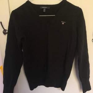 Snygg svart stickad gant tröja. Säljer den för den är smått liten på mig. Tröjan är i jättebra skick. Köparen står för frakt 🚚 ❤️.  Om många är intresserade blir det budgivning.