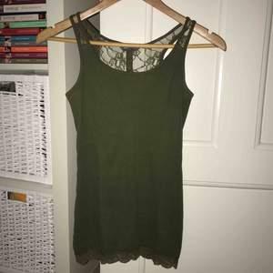 Snyggt linne i höstig militärgrön färg med spets! Storlek XS från Lindex🌿