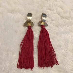 Två par guldörhängen. Hela och fina. Kan kombineras med andra smyckesannonser för lägre pris :)