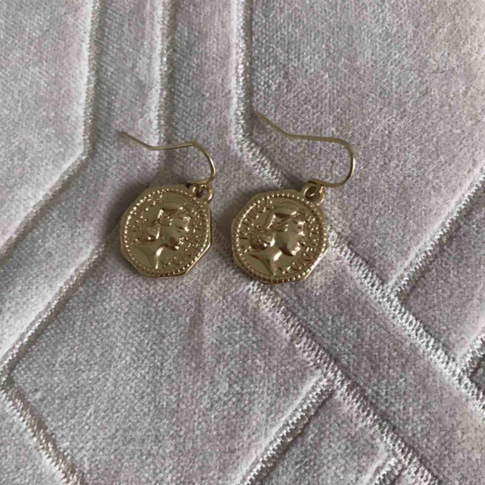 Jätte fina örhängen från h&m säljes pga dubbletter . Accessoarer.