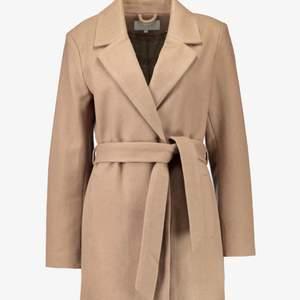 En jättesnygg beige kappa från Vila💕 Den har tappat en knapp men inget som märks💕 säljer för 450kr inkl frakt ( nypris 1000kr) Den är ganska tjock i materialet så den är väldigt varm :)