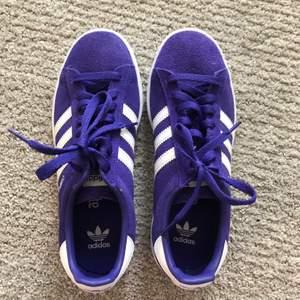 Säljer mina Adidas Campus i en asball lila färg, lutar lite åt det blåa hållet. Skorna är använda max två gånger, alltså i väldigt bra skick! 300 kronor inklusive frakt!