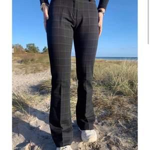 Supersnygga och sköna byxor från Design By Si i storlek S! Tyvärr passar de inte längre och är därav sparsamt använda🥰 Buda vid fler intresserade!
