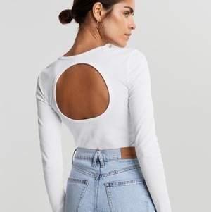 Helt ny & oanvänd tröja från Gina tricot, storlek XS men passar mig som bär storlek S.