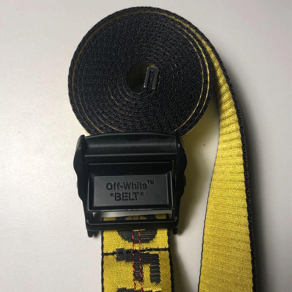 2m långt off white skärp. Skärpet är i bra skick. Den är gul men min kamera fångar inte riktigt upp det, sök bara upp skärpet på Google annars. Kvitto finns. Pris kan diskuteras vid snabb affär.. Accessoarer.