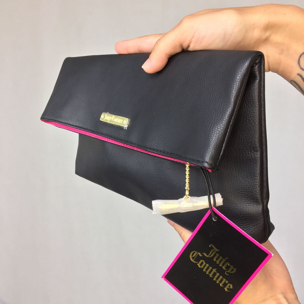 An amazing Juicy Couture clutch in excellent condition!! Prise tag still on! Neon pink on the inside, a bit of the pink shown when it's closed. No straps exist.  No return nor refund. Free shipping everywhere in Sweden. Väskor.
