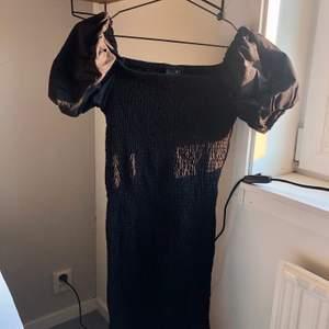 Svart smockad klänning med puffärmar från Gina Tricot. Storlek M men passar en S också. Denna klänning framhäver verkligen ens egna former. Har bara använt en gång så i fint skick. 200 kr ☁️