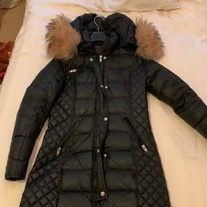 Jag säljer min rocknblue päls jacka den är i väldigt bra skick använd en vinter, säljer den eftersom ska köpa en ny.den är jätte fin med fluffig päls🥰 den är storlek 36 men passar även 38