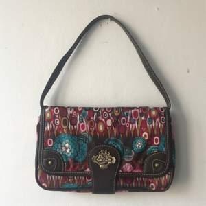 Säljer denna sjukt snygga baguettebag från märket Oilily! Helt oanvänd. Avtagbart handtag och en ficka inuti och utanpå. 120 inkl frakt!