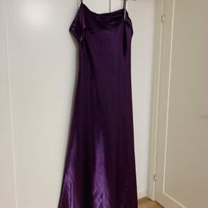 En lila bal klänning, använd endast 2 gånger. Storlek 38! Lång och stretch material. Köparen står för frakt