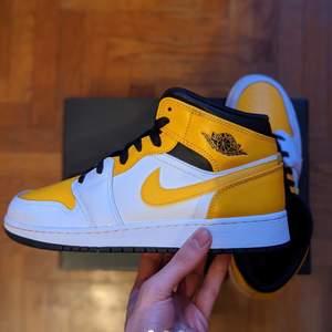 Säljer dessa jordan 1 Mid! Dom är i storlek 38 och är helt nya. Det är självklart äkta och det finns kvitto från Nike.                                                                              Budgivning från 1kr
