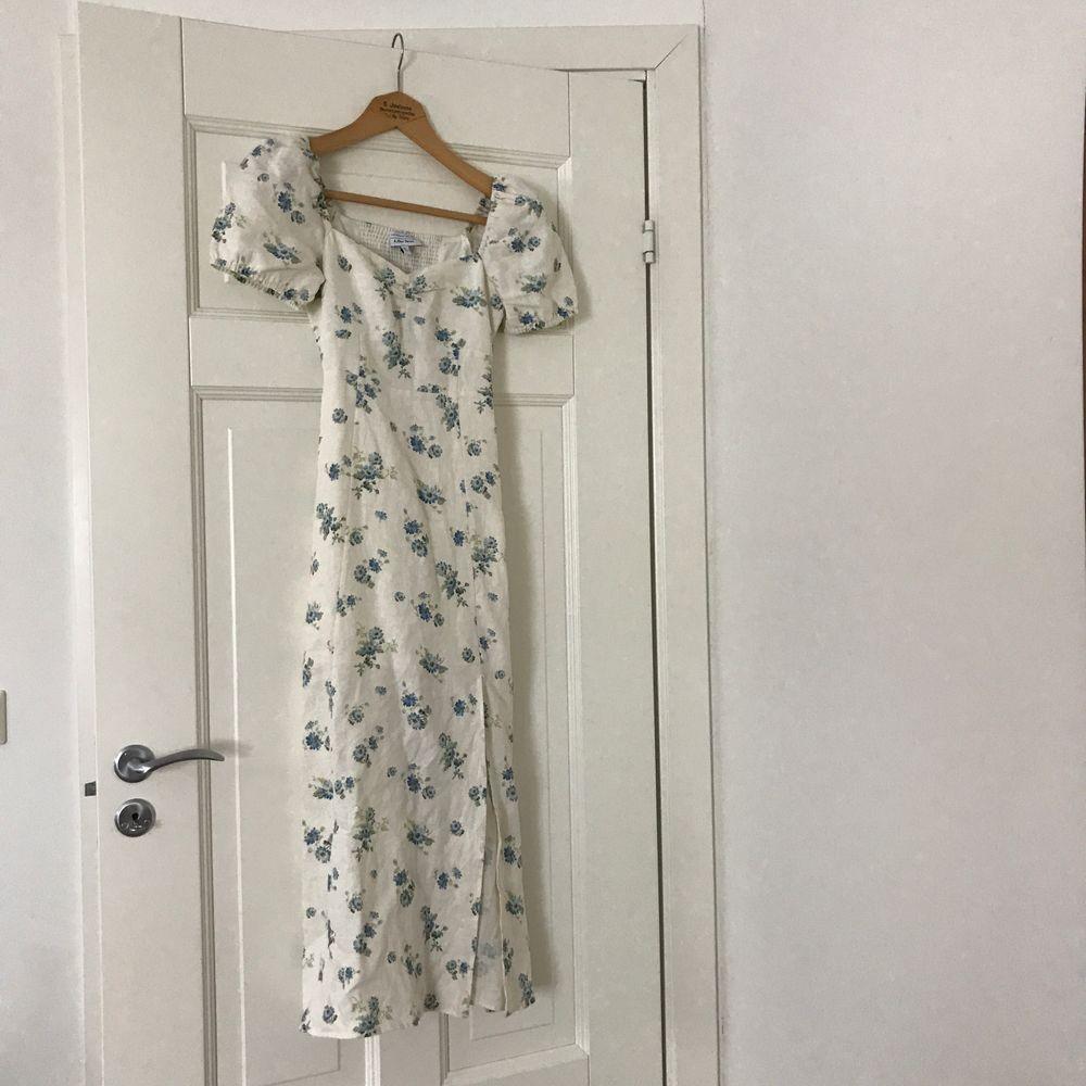 Drömmigaste klänningen från & Other Stories i linne med puffade ärmar och slits längst ner. Köpt sommaren 2020 och är slutsåld på & Other Stories-hemsida.  Använd högst tre gånger, i mycket fint skick!  Storlek 32, har dragkedja på sidan.. Klänningar.
