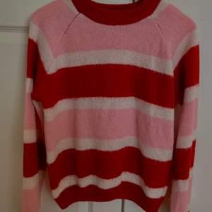 Jätte söt stickad tröja, köpt från vero moda och jag säljer den pga att den ej används, säljer för 100kr + frakt