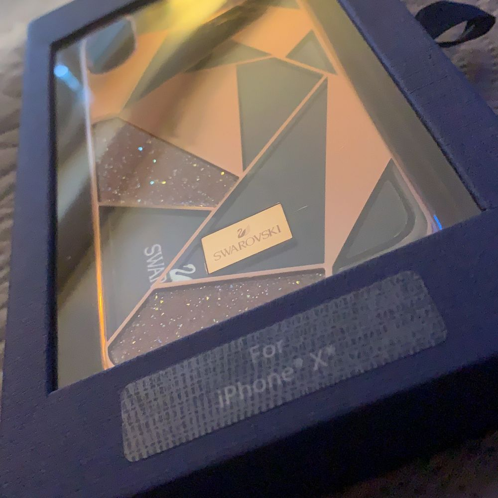 Säljer mitt IPhone X skal från swarovski, köpte den för 680kr och säljer den för 300kr, som ny! Frakt tillkommer. . Accessoarer.