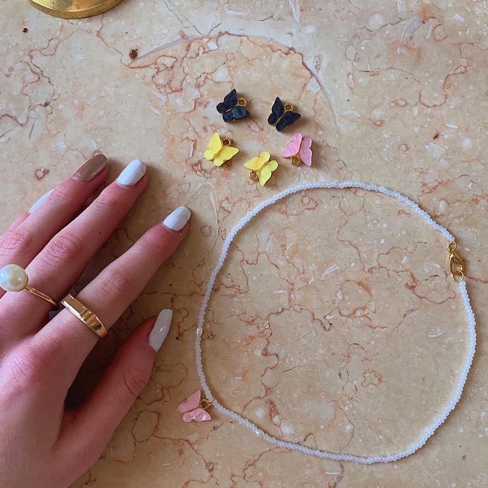 Halsband gjort av glaspärlor o äkta sötvattenspärlor med en personlig bokstav! Finns även fjärils halsband✨⚡️🤍 @emmaxjewelry på Instagram . Accessoarer.