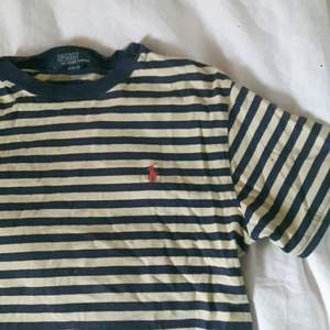 Snygg Ralph Lauren tröja i användt skick. Passar brs med ett par baggy jeans för en lite grunge look. Gratis frakt ingår!♡