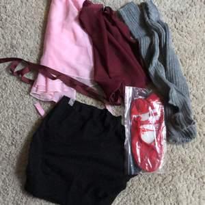 Säljer lite olika balettkläder! Omlottkjolar, benvärmare, stickade shorts osv. Skriv privat om du är intresserad så skickar jag mer bilder osv! Lite olika priser, frakt tillkommer. BENVÄRMARNA, SKORNA OCH SHORTSEN SÅLDA!