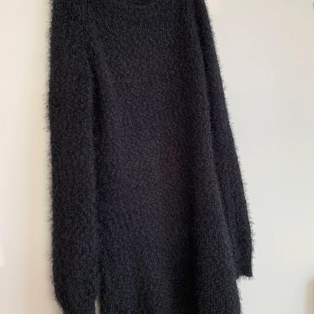 Säljer denna väldigt sköna klänning i storlek S! Kan skickas om köparen står för frakten på 99kr💞. Klänningar.
