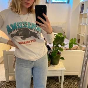 Säljer denna långärmade T-shirt/ sweatshirt med ett panter tryck på från BIKBOK. Den är riktigt coolt att ha till vida byxor och en axelbandsväska och perfekt till sommaren 💘