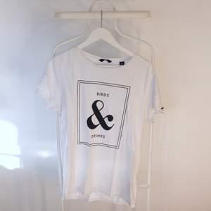 Go vintage T-shirt från Scotch & Soda i Gött skick! Storlek: MDirekt pris: 40kr, Skriv buden till mig privat eller kommentera på bilden!  Kan även mötas upp mellan Varberg & Göteborg Köpare står för frakten (Du bestämmer vilket paket så länge det uppfyller vikt och storleks kraven)