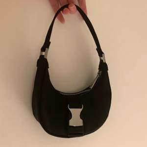 Jättesnygg svart miniväska från ASOS Design! Den är ofta slutsåld. Jag säljer den då den inte kommit till användning, så den är i perfekt skick! Medkommer med en kedja som man kan ta av och på :) ‼️ köparen står för frakt ‼️