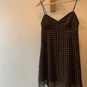 En fin grön/ svart klänning från Urban outfitters, använd några få gånger, säljer pga att jag rensar min garderob. ordinarie pris: 350kr Storlek:m Hör av er vid intresse eller för mer bilder♡  Pris är exklusive frakt. Frakt kostar 44kr