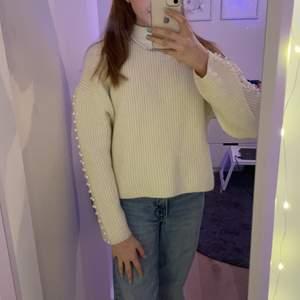 Vit stickad tröja från H&M jag är inte så mycket för stickat men säljer den för någon annan ksk tycker om den.😊