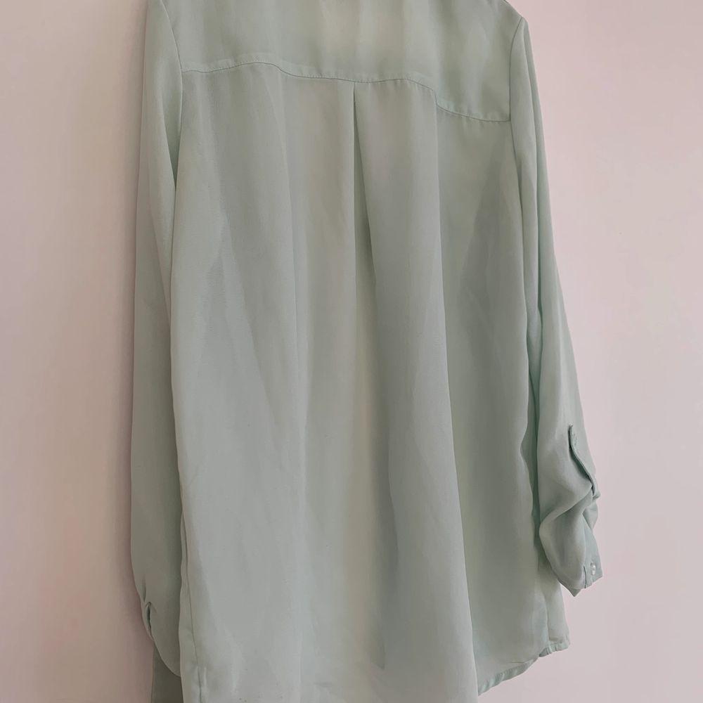 """Supersöt skjorta/blus från märket """"jennyfer"""" i storlek XS/32!🥰 Kan skickas men då står köparen för fraktkostnaden på 66kr💕. Blusar."""