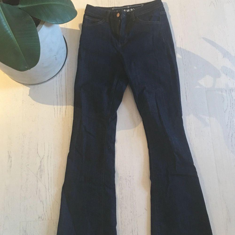 Mörkblåa jeans, stretch, från bikbok storlek 26. Jeans & Byxor.