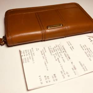 Brun Burberry plånbok. Har Burberry plånbok är fint skick Kvittot finns.   Mått: 20x11x3 cm
