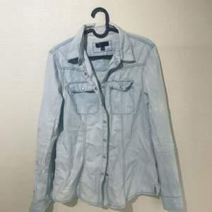 Denimskjorta som inte kommer till användning, köpt på Carlings. Frakt betalas av köparen ✨
