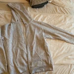 Sjukt nice grå ziper hoodie i storlek XXL men passar bra på S-XL