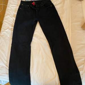 Svarta Levis jenas i modell 501, aldrig använda men köpta secondhan. Säljer pga för stora för mig