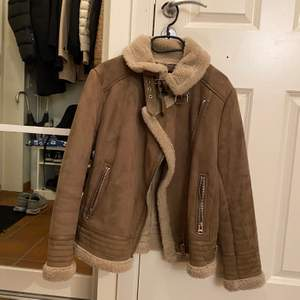 Vinterjacka från Zara i storlek M. Bra kvalitet. Säljer så jag har andra jackor jag hellre använder 😌💕 skriv för fler bilder.:) frakt tillkommer:)