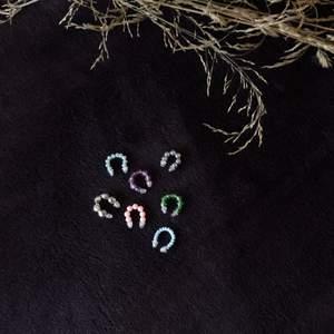 Färgglada earcuffs med gummiploppar för bekvämlighetens skull☺️. Finns i alla olika färger. Ej nickelfria. 15kr/st+frakt eller 3 för 40kr inkl frakt✨