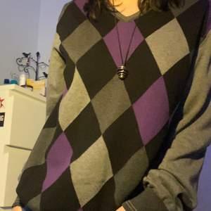 jättemysig o härlig tröja med argyle tryck! köpte för inte alls länge sen men säljer pga att jag inte använder den då den inte riktigt är min stil. Mansstorlek XL men sitter snyggt o oversized :)