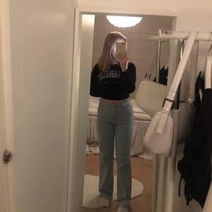 Jag säljer mina nästintill oanvända populära jeans från madlady, de är avklippta och passar mig som är 160cm lång, stretchiga och skullle nog passa som S oxå beroende på hur man vill att dom ska sitta. Nyskick! 💓 nedsatt till 249+frakt!