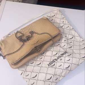 Säljer denna skitsnygga zadig väskan för bara 600kr!! Extra kostnad kommer om den ska postas. BUDA!!!!❤️❤️❤️😍