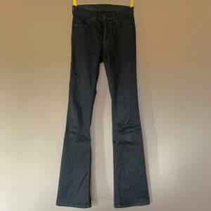 Stretchiga bootcut-jeans från 2nd One i storlek 25/31. Knappt använda. Kan skickas om köpare står för frakt! ☺️