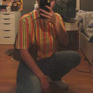 Riktigt häftig blus/skjorta i härliga färger!🌈 Inte mycket använd av mig men har lagat den i armhålan (skicka dm om du vill ha bild på det)🍒