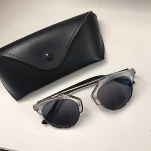 solglasögon i gott skick! Säljer för att de inte används. Fodral följer med.- - - PENGARNA GÅR OAVKORTAT TILL VALFRI VÄLGÖRENHETSORGANISATION