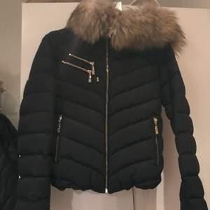 Säljer denna hollies jackan modell Chatel, med fuskpäls storlek 36. Använd endast en vinter. Lite guldfärg är borta på dragkedjan. Vid fler bilder skicka dm! 2000kr+frakt🥰