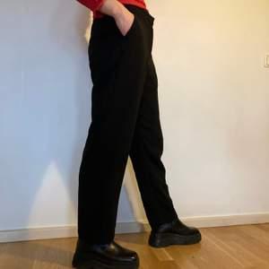 Snygga kostymbyxor från monki! Använda men i bra skick. Str 38 🖤