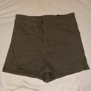 Mörkröna shorts köpta i början av sommaren. Använda under sommaren men är i nyskick. De är högmidjade och modellen är tight.