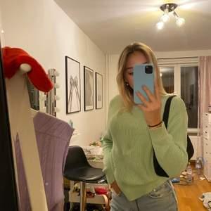 Jag säljer en jätte fin grön tröja. Aldrig använd, prislapp kvar. Stickad.