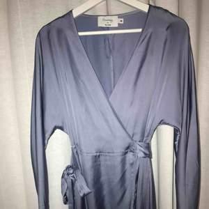 Helt oanvänd och superfin kimono klänning. Passar 34-38. Hanna Fribergs kollektion