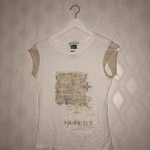 Vit snygg tröja från Louis Vuitton (äkta) med gulddetaljer  Kommer inte till användning, bra skick!